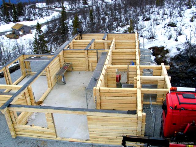 Käsitöö palkmaja palkkarkass valmimas Norras